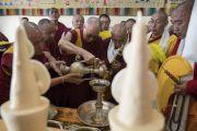 Его Святейшество Далай-лама совершает подношения по прибытии в монастырь Сера Лачи. Билакуппе, штат Карнатака, Индия. 19 декабря 2017 г. Фото: Тензин Чойджор.