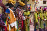 Тибетцы из местного тибетского сообщества в традиционных одеяниях готовятся к прибытию Его Святейшества Далай-ламы в монастырь Сера Лачи. Билакуппе, штат Карнатака, Индия. 19 декабря 2017 г. Фото: Тензин Чойджор.