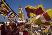 Монахи поднялись на крышу монастыря Сера Лачи, чтобы поприветствовать Его Святейшество Далай-ламу, играя на ритуальных трубах-дунченах. Билакуппе, штат Карнатака, Индия. 19 декабря 2017 г. Фото: Тензин Чойджор.