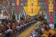 Вид на зал собраний монастыря Сера Лачи во время церемонии приветствия Его Святейшества Далай-ламы. Билакуппе, штат Карнатака, Индия. 19 декабря 2017 г. Фото: Тензин Чойджор.
