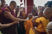 Его Святейшество Далай-лама приветствует монахов по прибытии в монастырь Сера Лачи. Билакуппе, штат Карнатака, Индия. 19 декабря 2017 г. Фото: Тензин Чойджор.