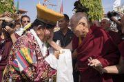 Его Святейшество Далай-лама утешает пожилого тибетского артиста по прибытии в монастырь Сера Лачи. Билакуппе, штат Карнатака, Индия. 19 декабря 2017 г. Фото: Тензин Чойджор.