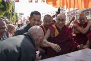 По прибытии в монастырь Сера Лачи Его Святейшество Далай-лама приветствует верующих. Билакуппе, штат Карнатака, Индия. 19 декабря 2017 г. Фото: Тензин Чойджор.
