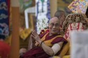 Его Святейшество Далай-лама смотрит на собравшихся монахов и тибетцев-мирян во время церемонии приветствия в монастыре Сера Лачи. Билакуппе, штат Карнатака, Индия. 19 декабря 2017 г. Фото: Тензин Чойджор.