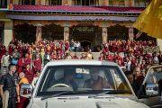 Его Святейшество Далай-лама шутливо общается с водителем перед отъездом из монастыря Ташилунпо. Билакуппе, штат Карнатака, Индия. 22 декабря 2017 г. Фото: Тензин Чойджор.