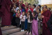 Тибетцы из местного тибетского сообщества почтительно провожают Его Святейшество Далай-ламу по завершении его визита в монастырь Намдролинг. Билакуппе, штат Карнатака, Индия. 22 декабря 2017 г. Фото: Тензин Чойджор.