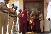 Покидая свою резиденцию в монастыре Сера Лачи в начале заключительного дня визита в Билакуппе, Его Святейшество Далай-лама приветствует сотрудников службы безопасности. Билакуппе, штат Карнатака, Индия. 22 декабря 2017 г. Фото: Тензин Чойджор.