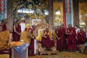 Его Святейшество Далай-лама отмечает удобную скамеечку для ног, заняв свое место на троне в ходе визита в монастырь Ташилунпо. Билакуппе, штат Карнатака, Индия. 22 декабря 2017 г. Фото: Тензин Чойджор.