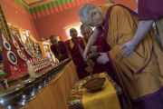 Его Святейшество Далай-лама совершает подношения в храме Лхамо монастыря Ташилунпо. Билакуппе, штат Карнатака, Индия. 22 декабря 2017 г. Фото: Тензин Чойджор.