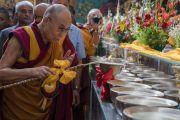 Его Святейшество Далай-лама возжигает масляную лампаду по прибытии в зал собраний монастыря Намдролинг на Седьмую церемонию вручения дипломов. Билакуппе, штат Карнатака, Индия. 22 декабря 2017 г. Фото: Тензин Чойджор.