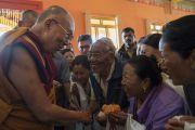 Его Святейшество Далай-лама приветствует тибетцев из местного тибетского сообщества по прибытии в монастырь Ташилунпо. Билакуппе, штат Карнатака, Индия. 22 декабря 2017 г. Фото: Тензин Чойджор.
