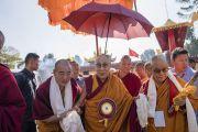 Настоятель монастыря Намдролинг Гьянгкханг Ринпоче встречает Его Святейшество Далай-ламу. Билакуппе, штат Карнатака, Индия. 22 декабря 2017 г. Фото: Тензин Чойджор.
