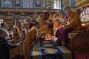 Выпускники монастыря Намдролинг получают дипломы из рук Его Святейшества Далай-ламы в ходе Седьмой церемонии вручения дипломов. Билакуппе, штат Карнатака, Индия. 22 декабря 2017 г. Фото: Тензин Чойджор.
