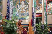 Его Святейшество Далай-лама обращается к паломникам из Тибета и тибетским учителям, собравшимся на семинар по светской этике в зале заседаний монастыря Сера Лачи. Билакуппе, штат Карнатака, Индия. 22 декабря 2017 г. Фото: Тензин Чойджор.