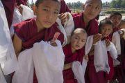 Юные монахи ожидают, чтобы почтительно проводить Его Святейшество Далай-ламу по завершении визита в монастырь Ташилунпо. Билакуппе, штат Карнатака, Индия. 22 декабря 2017 г. Фото: Тензин Чойджор.