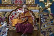 Его Святейшество Далай-лама дарует краткие учения в монастыре Намдролинг. Билакуппе, штат Карнатака, Индия. 22 декабря 2017 г. Фото: Тензин Чойджор.