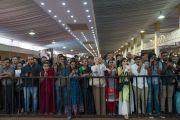 Слушатели собрались, чтобы поближе увидеть Его Святейшество Далай-ламу по прибытии во дворец Трипура Васини. Бангалор, штат Карнатака, Индия. 24 декабря 2017 г. Фото: Лобсанг Церинг.