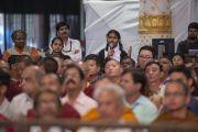 Одна из слушательниц задает вопрос Его Святейшеству Далай-ламе во время празднования серебряного юбилея старшей школы «Сешадрипурам». Бангалор, штат Карнатака, Индия. 24 декабря 2017 г. Фото: Лобсанг Церинг.