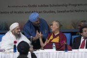 Его Святейшество Далай-лама благодарит Садара Манджита Сингха за выступление на межрелигиозной конференции, организованной в университете им. Джавахарлала Неру. Нью-Дели, Индия. 28 декабря 2017 г. Фото: Тензин Чойджор.