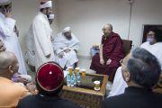 Его Святейшество Далай-лама и другие религиозные лидеры общаются перед началом конференции «Гармоничное сосуществование: религии и философии Индии». Нью-Дели, Индия. 28 декабря 2017 г. Фото: Тензин Чойджор.