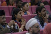 Участники межрелигиозной конференции, организованной в университете им. Джавахарлала Неру, наблюдают, как Его Святейшеству Далай-ламе вручают награду за гармонию им. Сьедны Куитбаддина. Нью-Дели, Индия. 28 декабря 2017 г. Фото: Тензин Чойджор.