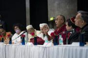 Его Святейшество Далай-лама отвечает на вопросы слушателей во время конференции «Гармоничное сосуществование: религии и философии Индии», организованной в университете им. Джавахарлала Неру. Нью-Дели, Индия. 28 декабря 2017 г. Фото: Тензин Чойджор.