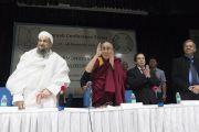 Поднявшись на сцену, Его Святейшество Далай-лама приветствует участников конференции «Гармоничное сосуществование: религии и философии Индии». Нью-Дели, Индия. 28 декабря 2017 г. Фото: Тензин Чойджор.