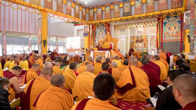 Далай-лама даровал учения по «37 практикам бодхисаттвы» и провел подготовительные церемонии для посвящения Авалокитешвары