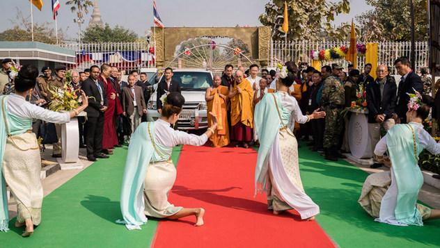 Далай-лама прочел публичную лекцию для школьников из Бихара и принял участие в церемонии открытия храма Ват Па Буддхагая Ванарам