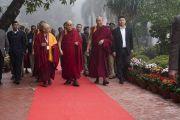 Его Святейшество Далай-лама прибывает в Центральный институт высшей тибетологии на конференцию по вопросам ума в индийских философских школах мысли и современной науке. Сарнатх, Варанаси, Индия. 30 декабря 2017 г. Фото: Лобсанг Церинг.