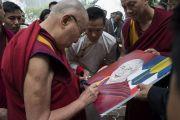По прибытии на конференцию, организованную в Центральном институте высшей тибетологии, Его Святейшество Далай-лама подписывает свой портрет, нарисованный тибетским художником. Сарнатх, Варанаси, Индия. 30 декабря 2017 г. Фото: Лобсанг Церинг.