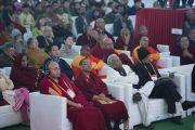Участники конференции по вопросам ума в индийских философских школах мысли и современной науке слушают комментарии Его Святейшества Далай-ламы к прозвучавшим докладам. Сарнатх, Варанаси, Индия. 30 декабря 2017 г. Фото: Лобсанг Церинг.