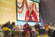 Его Святейшество Далай-лама комментирует доклады, прозвучавшие на конференции по вопросам ума в индийских философских школах мысли и современной науке, организованной в Центральном институте высшей тибетологии. Сарнатх, Варанаси, Индия. 30 декабря 2017 г. Фото: Лобсанг Церинг.