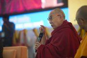 Его Святейшество Далай-лама комментирует доклады, прозвучавшие в ходе второго дня конференции по вопросам ума в индийских философских школах мысли и современной науке, организованной в Центральном институте высшей тибетологии. Сарнатх, Варанаси, Индия. 31 декабря 2017 г. Фото: Лобсанг Церинг.