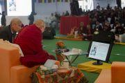 Его Святейшество Далай-лама просматривает слайды одной из презентаций в ходе второго дня конференции по вопросам ума в индийских философских школах мысли и современной науке, организованной в Центральном институте высшей тибетологии. Сарнатх, Варанаси, Индия. 31 декабря 2017 г. Фото: Лобсанг Церинг.