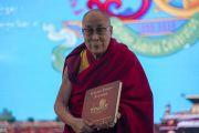 Его Святейшество Далай-лама представляет подарочную книгу, выпущенную к золотому юбилею Центрального института высшей тибетологии. Сарнатх, Варанаси, Индия. 1 января 2018 г. Фото: Тензин Пунцок.