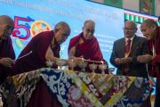 Его Святейшество Далай-лама и другие почетные гости возжигают лампады в начале празднования золотого юбилея Центрального института высшей тибетологии. Сарнатх, Варанаси, Индия. 1 января 2018 г. Фото: Тензин Пунцок.
