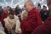 По завершении празднования золотого юбилея Центрального института высшей тибетологии Его Святейшество Далай-лама обнимает профессора Рама Шанкара Трипатхи. Сарнатх, Варанаси, Индия. 1 января 2018 г. Фото: Тензин Пунцок.