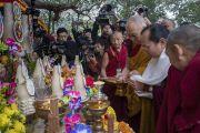 Его Святейшество Далай-лама и Сакья Гонгма Тризин Ринпоче возжигают масляную лампаду у храма Махабодхи. Бодхгая, штат Бихар, Индия. 2 января 2018 г. Фото: Тензин Чойджор.
