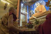 Его Святейшество Далай-лама рассматривает обновленную статую Будды в храме Махабодхи. Бодхгая, штат Бихар, Индия. 2 января 2018 г. Фото: Тензин Чойджор.