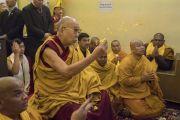 Его Святейшество Далай-лама совершает ритуальные жесты во время молебна у статуи Будды в храме Махабодхи. Бодхгая, штат Бихар, Индия. 2 января 2018 г. Фото: Тензин Чойджор.