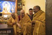 По завершении молебна в храме Махабодхи Его Святейшество Далай-лама общается с монахами из комитета по управлению храмами Бодхгаи. Бодхгая, штат Бихар, Индия. 2 января 2018 г. Фото: Тензин Чойджор.