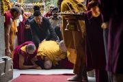Перед тем как войти в храм Махабодхи, Его Святейшество Далай-лама совершает простирания Будде. Бодхгая, штат Бихар, Индия. 2 января 2018 г. Фото: Тензин Чойджор.