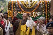 Паломники приветствуют Его Святейшество Далай-ламу, совершающего обход вокруг храма Махабодхи. Бодхгая, штат Бихар, Индия. 2 января 2018 г. Фото: Тензин Чойджор.