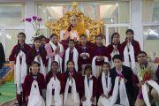 Его Святейшество Далай-лама фотографируется с группой школьников, прочитавших Сутру сердца на санскрите в начале первого дня учений по «Сутре Колеса Учения» и Сутре «Ростки риса». Бодхгая, штат Бихар, Индия. 5 января 2018 г. Фото: Лобсанг Церинг.