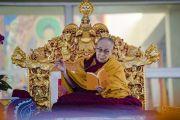 Его Святейшество Далай-лама читает текст во время первого дня учений по «Сутре Колеса Учения» и «Сутре рисового ростка». Бодхгая, штат Бихар, Индия. 5 января 2018 г. Фото: Лобсанг Церинг.