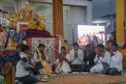 Группа индийских буддистов читает Мангала-сутту на языке пали в начале первого дня учений Его Святейшества Далай-ламы по «Сутре Колеса Учения» и сутре «Ростки риса»,. Бодхгая, штат Бихар, Индия. 5 января 2018 г. Фото: Лобсанг Церинг.