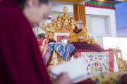 Его Святейшество Далай-лама дает комментарии к тексту в ходе первого дня учений по «Сутре Колеса Учения» и Сутре «Ростки риса». Бодхгая, штат Бихар, Индия. 5 января 2018 г. Фото: Лобсанг Церинг.