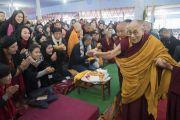 Его Святейшество Далай-лама приветствует верующих в начале первого дня учений по «Сутре Колеса Учения» и сутре «Ростки риса», на которые собралось более 50 000 человек. Бодхгая, штат Бихар, Индия. 5 января 2018 г. Фото: Лобсанг Церинг.