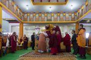 Его Святейшество Далай-лама занимает свое место на троне в начале первого дня учений по «Сутре Колеса Учения» и «Сутре рисового ростка». Бодхгая, штат Бихар, Индия. 5 января 2018 г. Фото: Лобсанг Церинг.